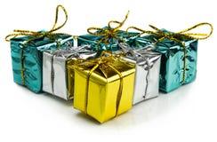 Regalos de Navidad hermosos aislados en el fondo blanco Fotografía de archivo libre de regalías