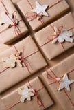 Regalos de Navidad llanos con guita y galletas Imágenes de archivo libres de regalías