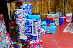 Regalos de Navidad a lo largo de la pared Foto de archivo