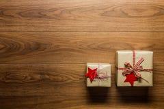 Regalos de Navidad maravillosamente desde arriba envueltos del vintage en fondo de madera, visión Imagen de archivo
