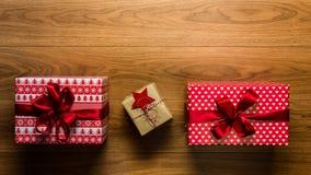 Regalos de Navidad maravillosamente desde arriba envueltos del vintage en fondo de madera, visión Imágenes de archivo libres de regalías