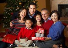 Regalos de Navidad multi de la apertura de la familia de la generación Imagen de archivo libre de regalías