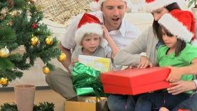Regalos de Navidad preciosos de la abertura de la familia almacen de metraje de vídeo