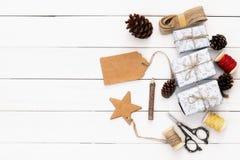 Regalos de Navidad que envuelven sobre la tabla de madera Imagenes de archivo