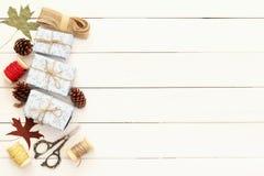 Regalos de Navidad que envuelven sobre la tabla de madera Fotografía de archivo