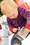 Regalos de Navidad - regalos de la apertura de la niña Foto de archivo libre de regalías