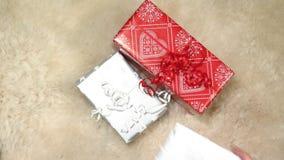 Regalos de Navidad rojos y de plata en zalea