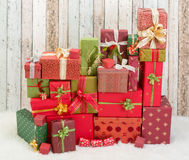 Regalos de Navidad rojos y verdes Fotografía de archivo libre de regalías