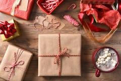 Regalos de Navidad y chocolate caliente Imágenes de archivo libres de regalías