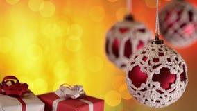 Regalos de Navidad y chucherías hermosas contra luces coloreadas calientes de Navidad almacen de metraje de vídeo