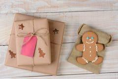 Regalos de Navidad y hombre de pan de jengibre Imagen de archivo libre de regalías