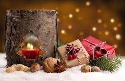 Regalos de Navidad y linterna con nieve y luces Imágenes de archivo libres de regalías