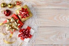 Regalos de Navidad y nieve Imagenes de archivo