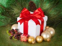 Regalos de Navidad y ornamentos en retpo Foto de archivo libre de regalías