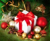 Regalos de Navidad y ornamentos en retpo Fotos de archivo libres de regalías
