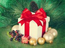 Regalos de Navidad y ornamentos en retpo Imagen de archivo
