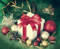 Regalos de Navidad y ornamentos en retpo Imagen de archivo libre de regalías