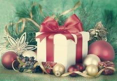 Regalos de Navidad y ornamentos en retpo Imagenes de archivo