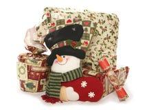 Regalos de Navidad y recorte del estudio de la media Imágenes de archivo libres de regalías