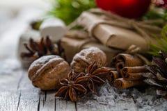 Regalos de Navidad y símbolos, fondo de madera rústico Fotos de archivo libres de regalías