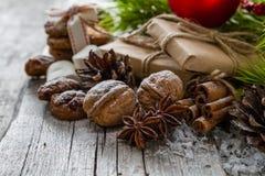 Regalos de Navidad y símbolos, fondo de madera rústico Fotos de archivo