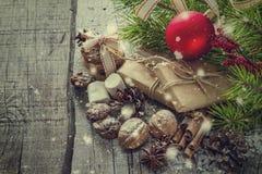 Regalos de Navidad y símbolos, fondo de madera rústico Fotografía de archivo libre de regalías