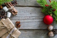 Regalos de Navidad y símbolos, fondo de madera rústico Fotografía de archivo