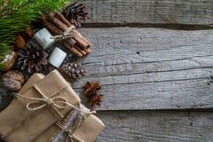 Regalos de Navidad y símbolos, fondo de madera rústico Imagen de archivo libre de regalías