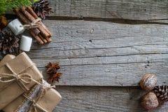 Regalos de Navidad y símbolos, fondo de madera rústico Foto de archivo libre de regalías