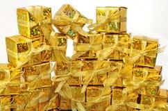 Regalos de oro en un blanco Fotografía de archivo libre de regalías