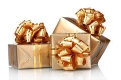 Regalos de oro hermosos Fotografía de archivo libre de regalías