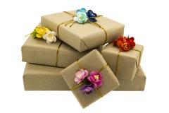 Regalos de vacaciones adornados con las flores de papel Foto de archivo libre de regalías
