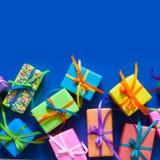 Regalos de vacaciones coloreados Fondo para una tarjeta de la invitación o una enhorabuena Imagenes de archivo