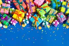 Regalos de vacaciones coloreados Fondo para una tarjeta de la invitación o una enhorabuena Imagen de archivo