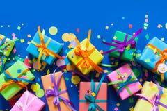 Regalos de vacaciones coloreados Fondo para una tarjeta de la invitación o una enhorabuena Imagen de archivo libre de regalías