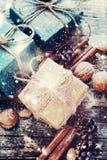 Regalos de vacaciones con el cordón de lino, canela, conos del pino, nueces Fotos de archivo libres de regalías