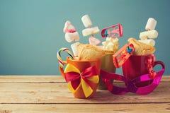 Regalos de vacaciones de Purim con las galletas y el caramelo en tazas Fotografía de archivo