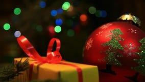 Regalos de vacaciones debajo del árbol del Año Nuevo y de la guirnalda coloreada almacen de metraje de vídeo