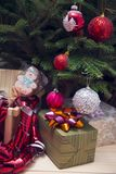 Regalos debajo de un árbol de navidad adornado fotografía de archivo