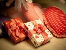 Regalos en la Feliz Navidad Foto de archivo libre de regalías