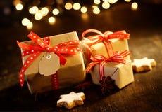 Regalos decorativos de la Navidad con el bokeh chispeante Fotos de archivo libres de regalías
