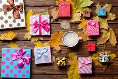 Regalos del café y de la estación con las hojas Imágenes de archivo libres de regalías