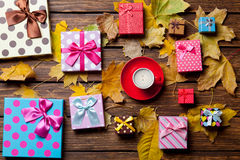 Regalos del café y de la estación con las hojas Fotografía de archivo libre de regalías