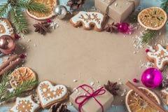 Regalos del fondo, galletas de la Navidad y conos de abeto Fotografía de archivo