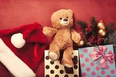 Regalos del oso y de la Navidad de peluche Fotos de archivo libres de regalías