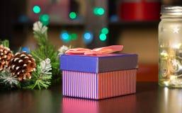 Regalos del ` s del Año Nuevo en el fondo de una guirnalda del ` s del Año Nuevo Fotografía de archivo libre de regalías