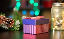 Regalos del ` s del Año Nuevo en el fondo de una guirnalda del ` s del Año Nuevo Foto de archivo