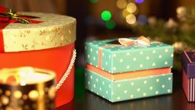 Regalos del ` s del Año Nuevo en el fondo de una guirnalda del ` s del Año Nuevo Imagen de archivo