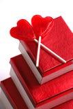 Regalos, dos Lollypops, tarjetas del día de San Valentín Fotografía de archivo libre de regalías