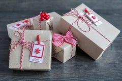 Regalos elegantes de la Navidad hechos a mano Imagenes de archivo